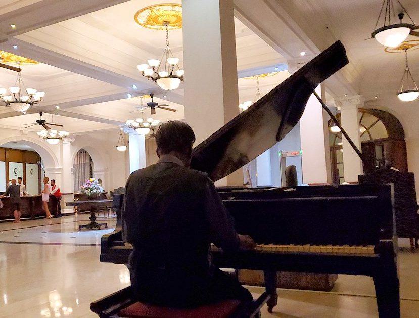 クイーンズホテルでピアノ演奏してくれる、現地のオジサン-2