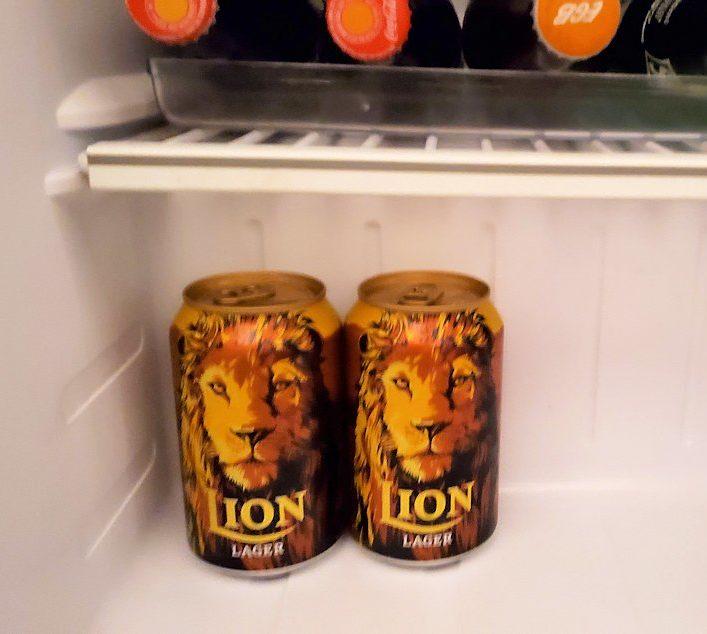 クイーンズホテルの部屋内にあった冷蔵庫に置かれていたライオンビール