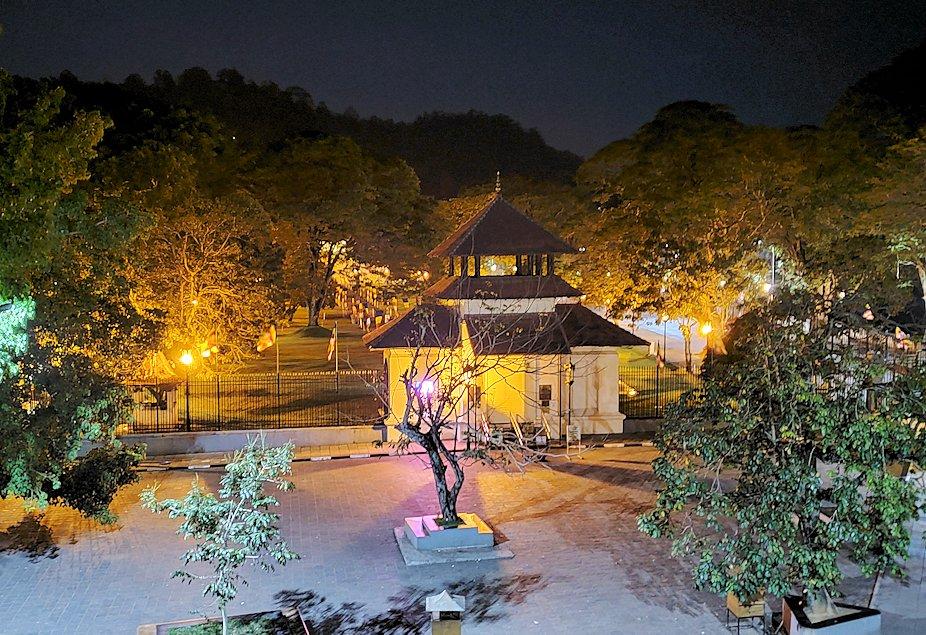 クイーンズホテルから見える、夜の仏歯寺