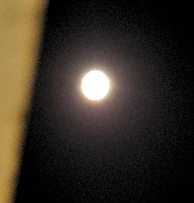 クイーンズホテルから見える、夜の満月