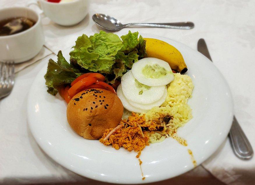 キャンディのクイーンズホテルの朝食会場で食べた朝食