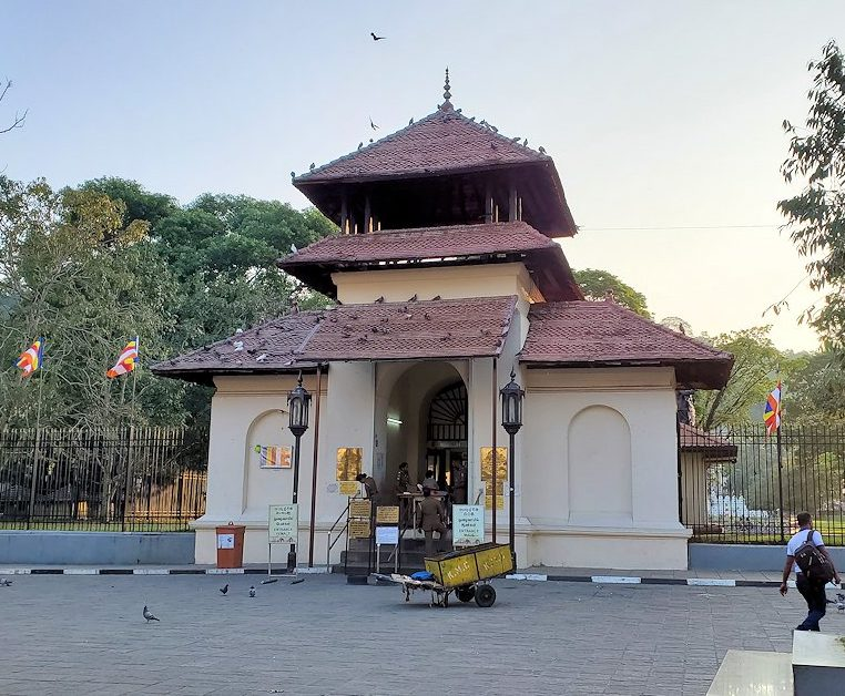 クイーンズホテル横にある仏歯寺の入口になる門