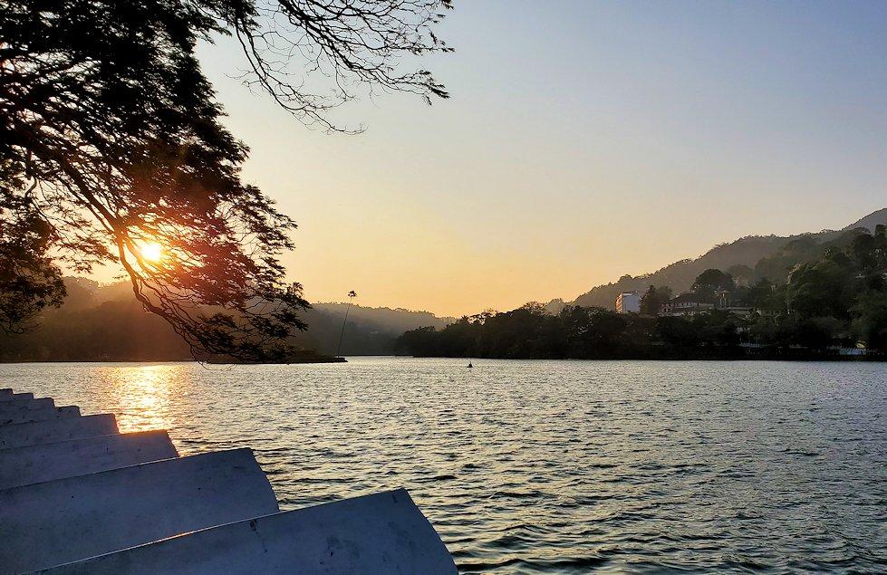 クイーンズホテル・仏歯寺横にあるキャンディ湖の景色