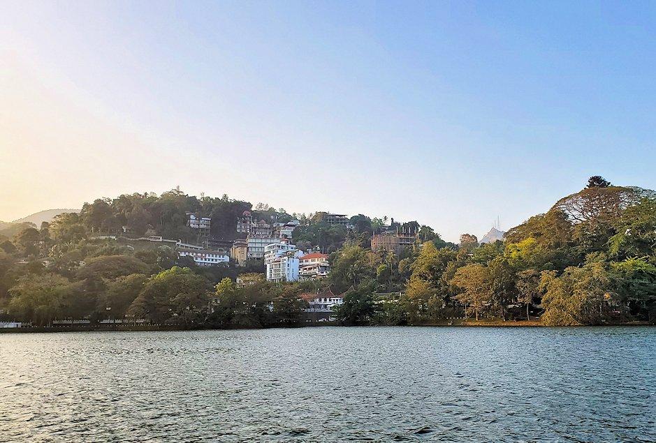 クイーンズホテル・仏歯寺横にあるキャンディ湖の景色-2