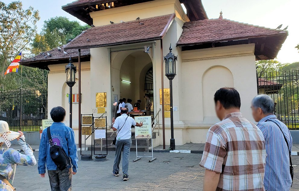 仏歯寺の入口である門に進む