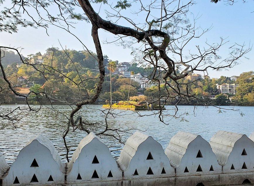 早朝の仏歯寺周辺にあるキャンディ湖