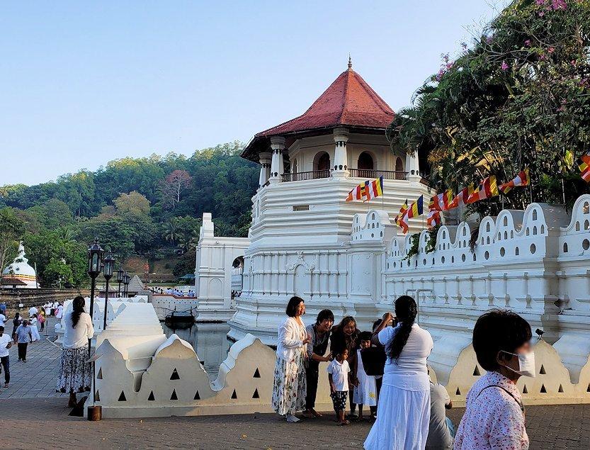 早朝の仏歯寺周辺の景色