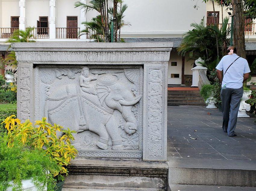 キャンディの仏歯寺の建物に入って行く途中に見えた、ゾウさんのガードストーン