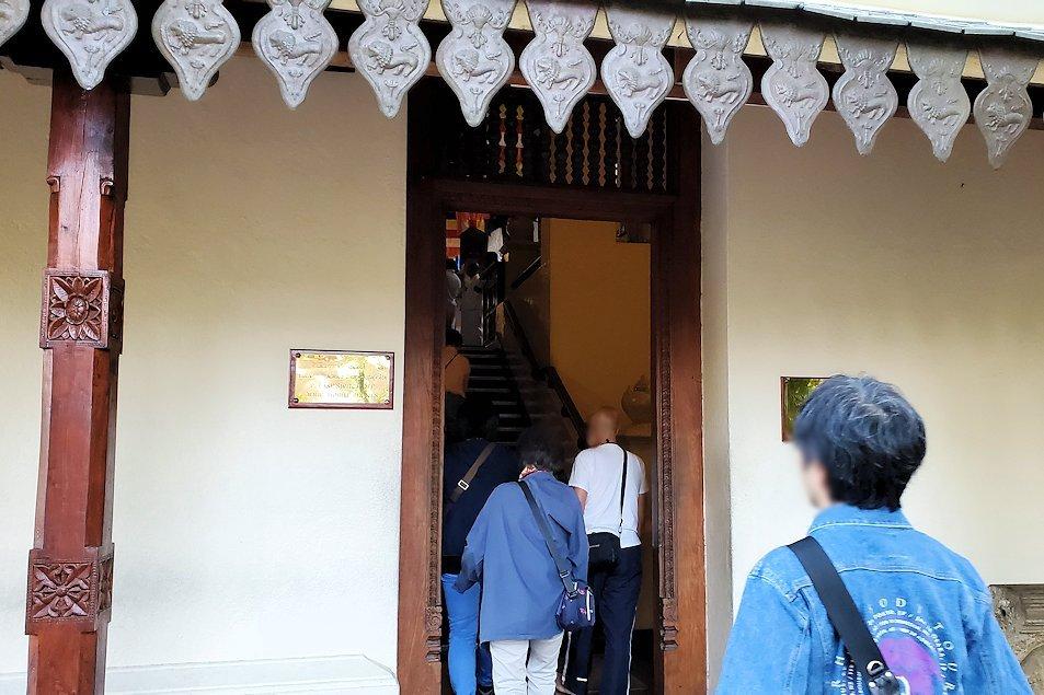 キャンディの仏歯寺の建物に入って行く-2