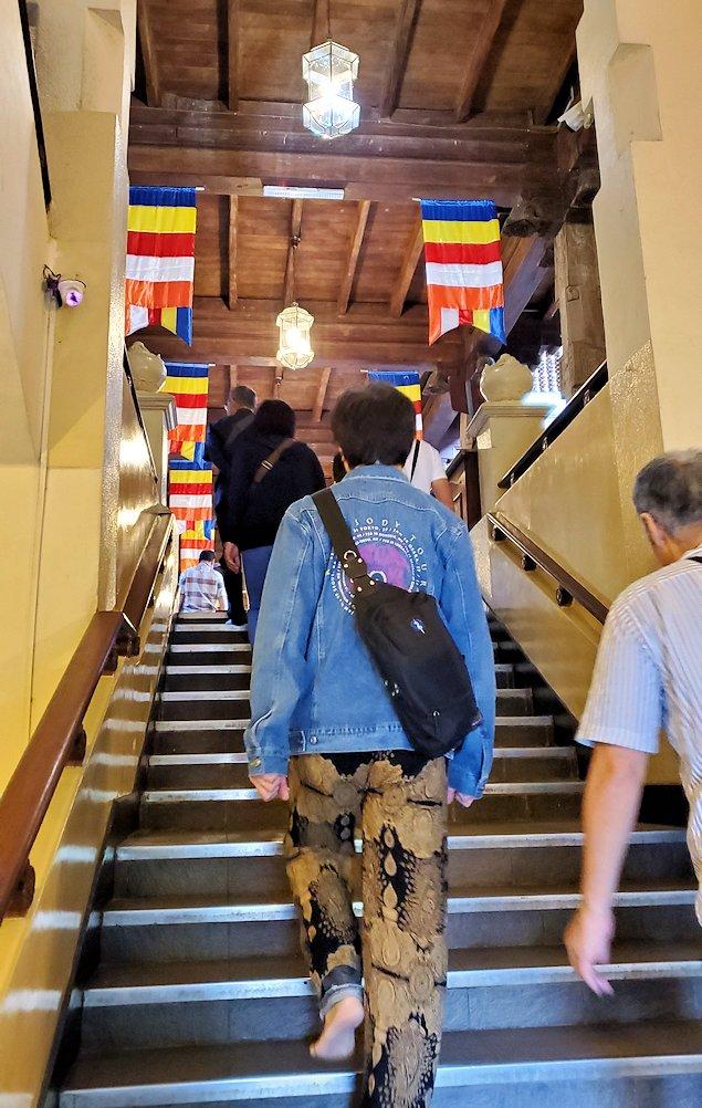 キャンディの仏歯寺の建物に入って階段を登る人達