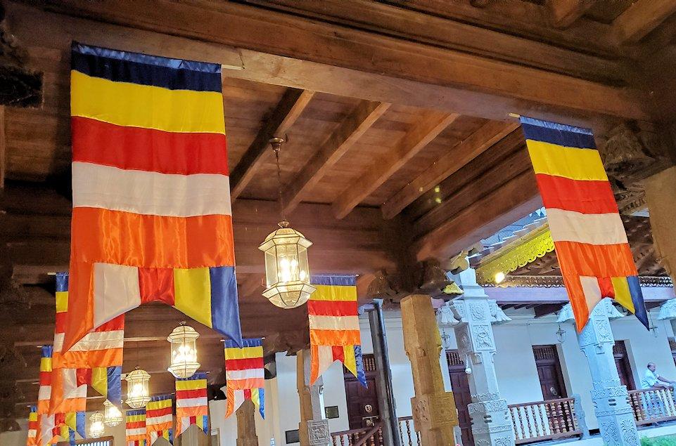 キャンディの仏歯寺で仏歯が保管されている本堂付近にあった仏旗