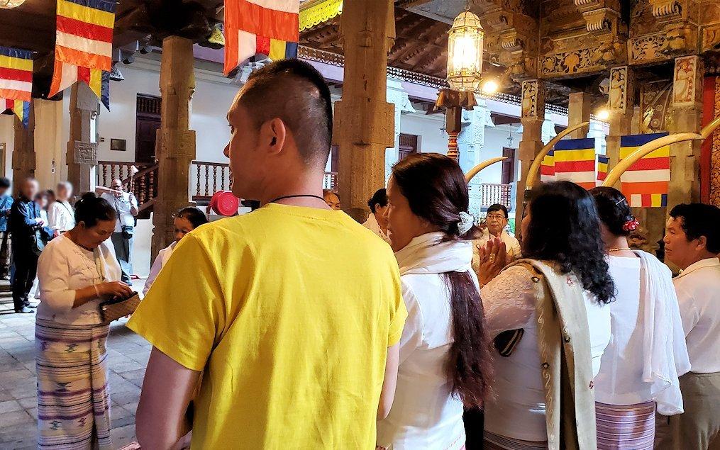 キャンディの仏歯寺にある、仏様の犬歯が保管されている本堂に集まる仏教徒-2
