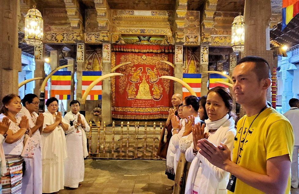 キャンディの仏歯寺にある、仏様の犬歯が保管されている本堂に集まる仏教徒-3
