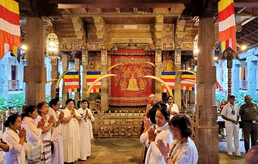 キャンディの仏歯寺にある、仏様の犬歯が保管されている本堂に集まる仏教徒-4