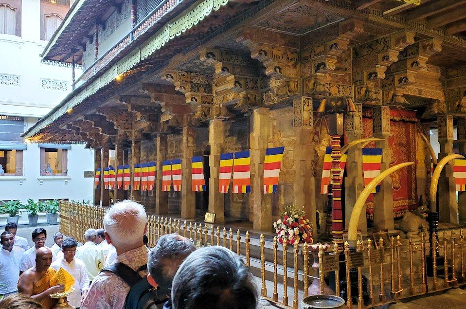 キャンディの仏歯寺にある、仏様の犬歯が保管されている本堂の側面