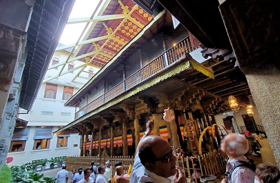 キャンディの仏歯寺にある、仏様の犬歯が保管されている本堂の側面-2