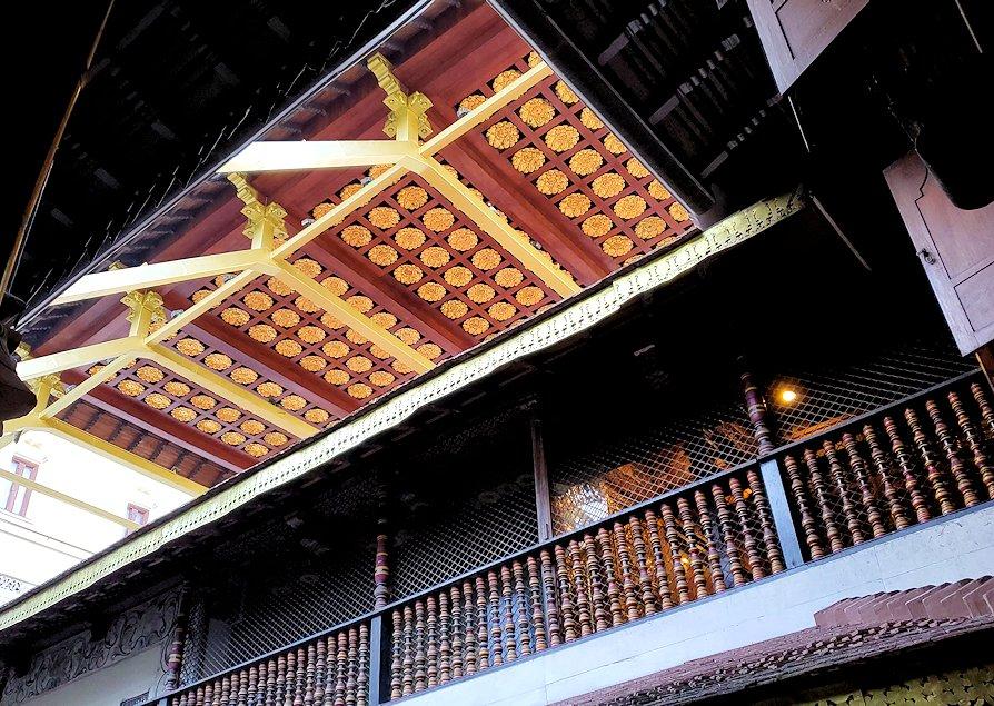 キャンディの仏歯寺にある、仏様の犬歯が保管されている本堂の天井部分の装飾