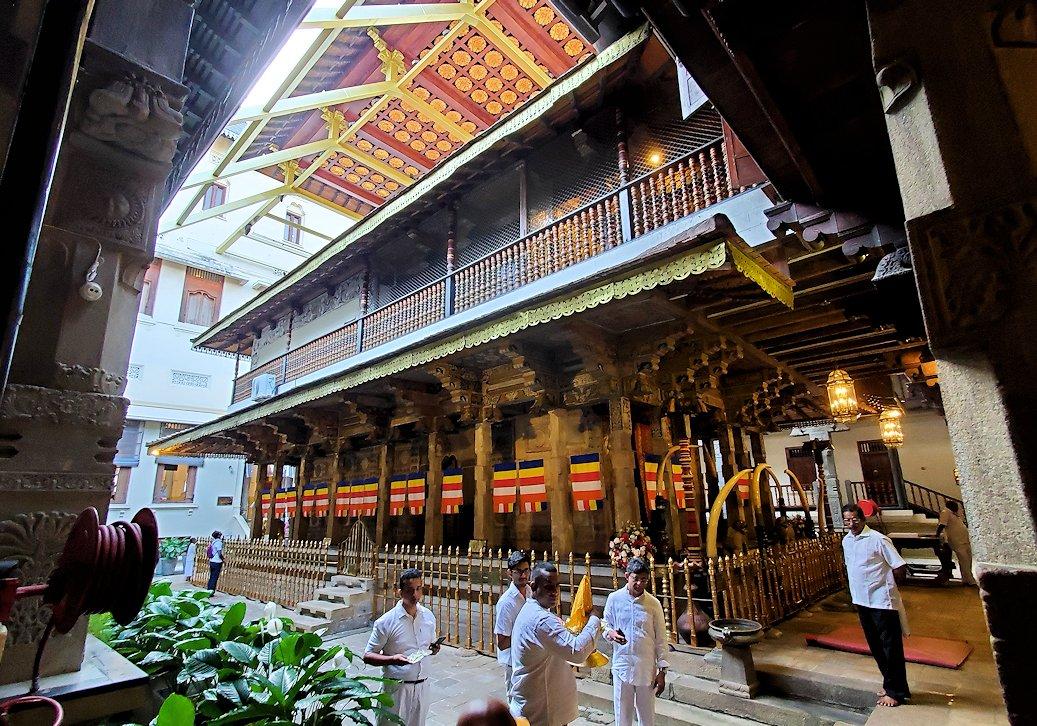 キャンディの仏歯寺にある、仏様の犬歯が保管されている本堂を横から眺める
