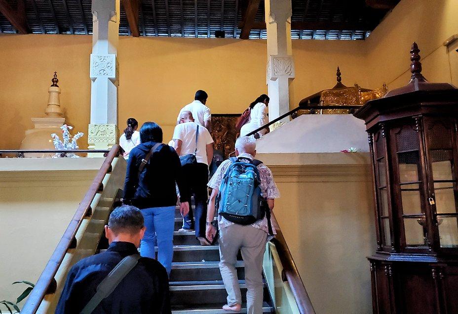 キャンディの仏歯寺で階段を登り、2階へと向かう
