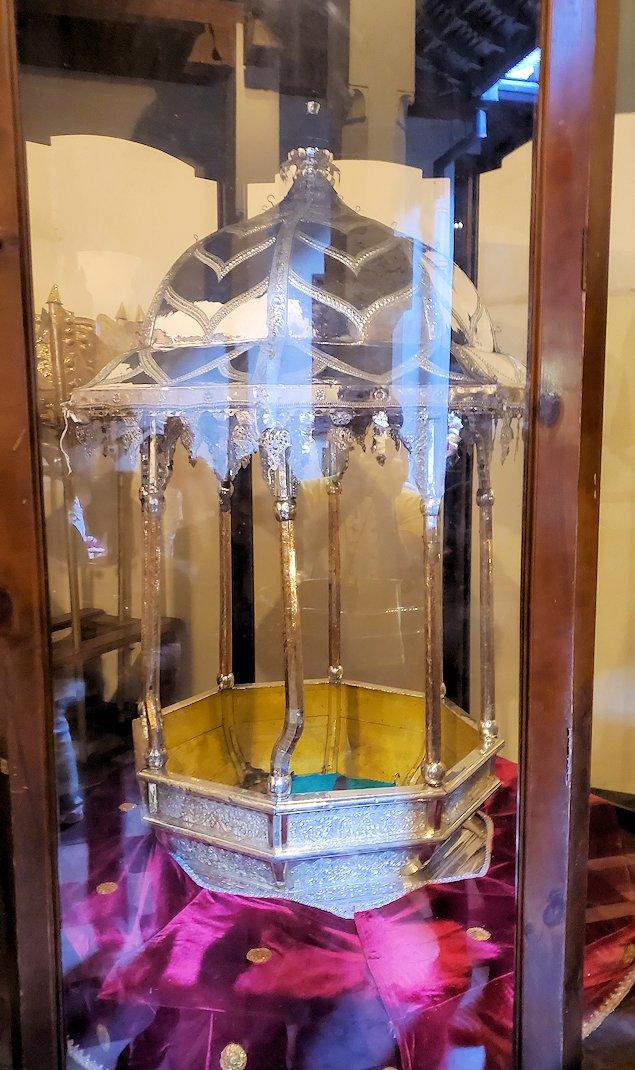 """キャンディの仏歯寺で階段を登り、2階へと向かう際にあった""""エサラ・ペラヘラ祭(Esala Perahera)""""で使われる仏舎利(仏歯)を入れる籠"""