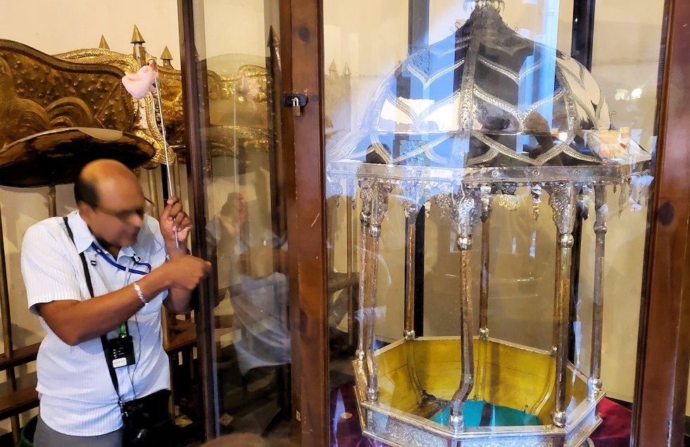 """キャンディの仏歯寺で階段を登り、2階へと向かう際にあった""""エサラ・ペラヘラ祭(Esala Perahera)""""で使われる仏舎利(仏歯)を入れる籠-2"""
