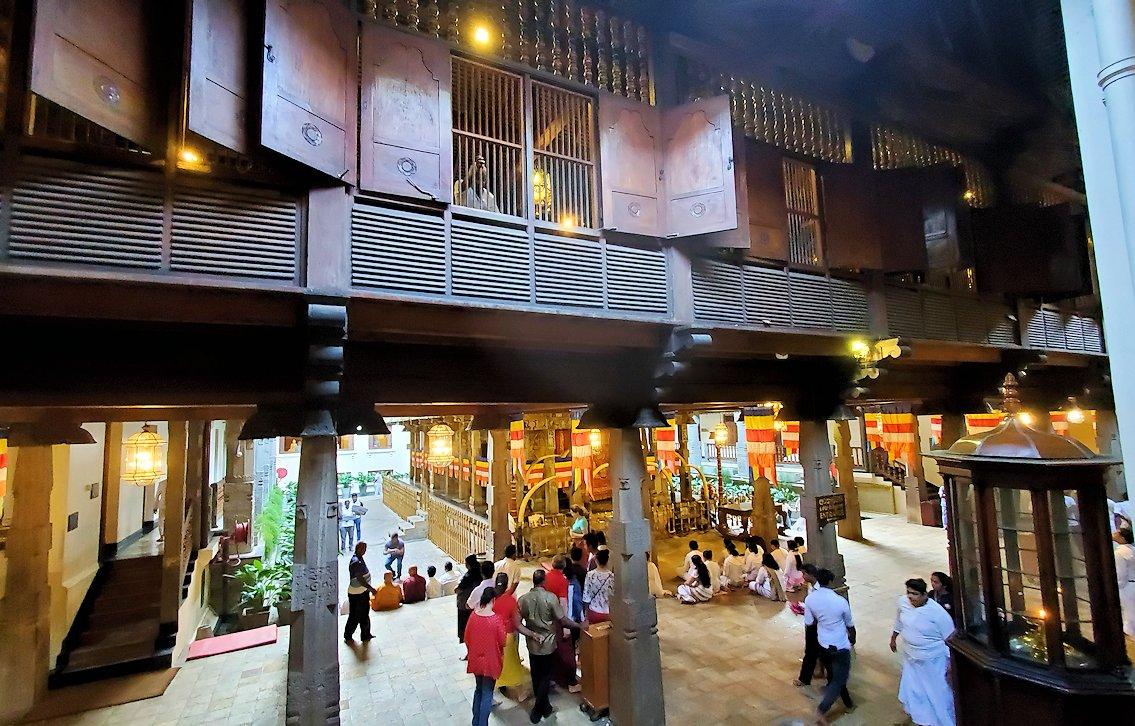 キャンディの仏歯寺で階段を登り、2階へと向かう際に見えた景色-2