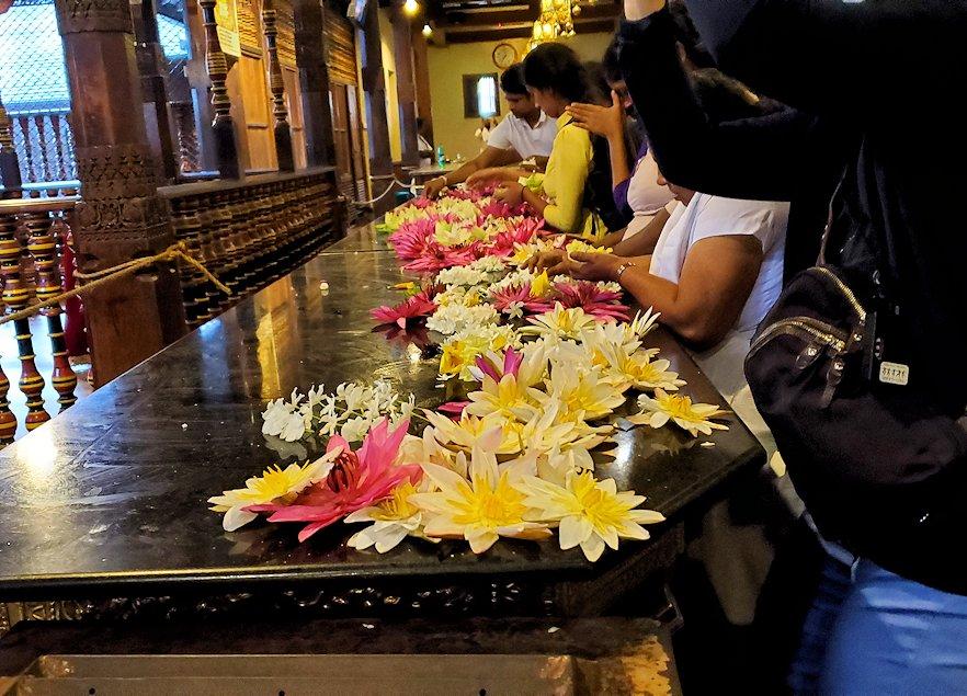 キャンディの仏歯寺で階段を登った2階に置かれていた献花