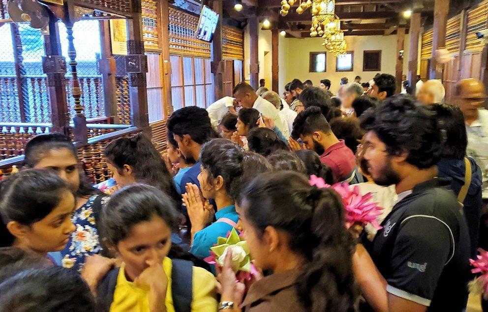 キャンディの仏歯寺で階段を登った2階で拝む人達