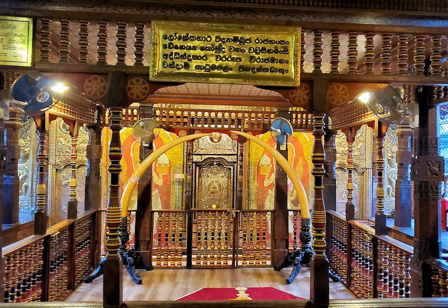 キャンディの仏歯寺の2階で人々が拝む所にある光景
