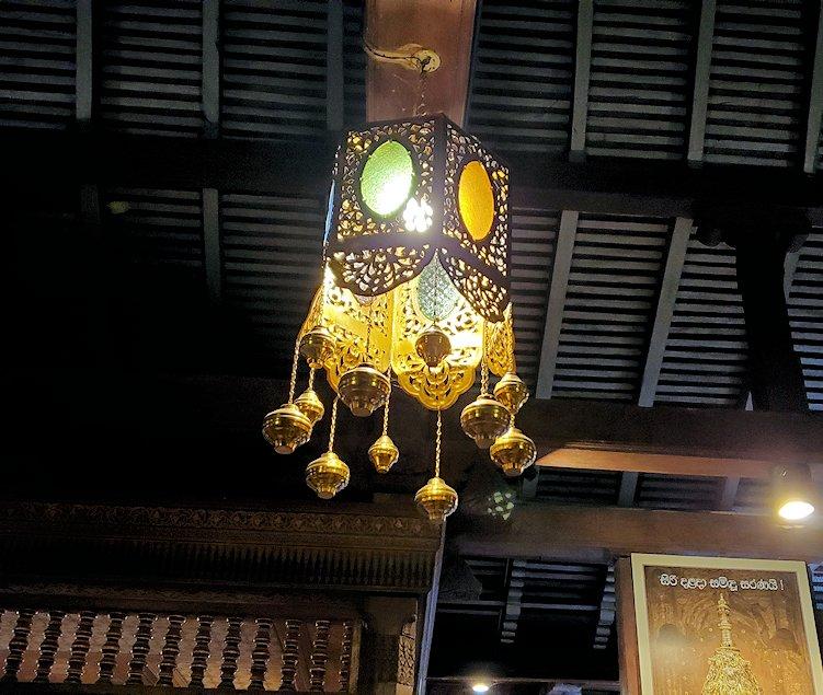 キャンディの仏歯寺の2階で人々が拝む所の頭上にあるランプ