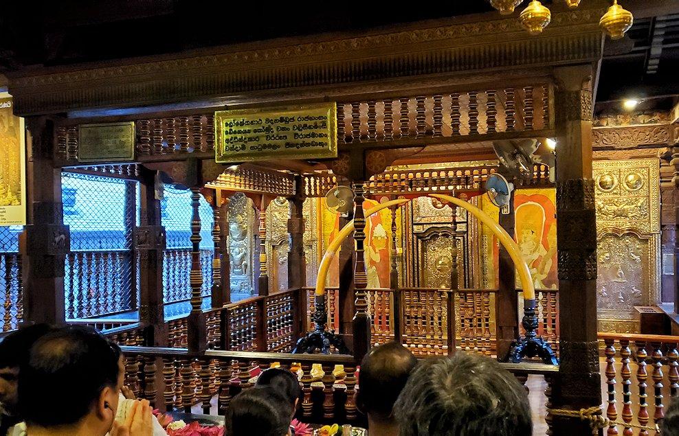 キャンディの仏歯寺の2階でお参りする人達が拝む