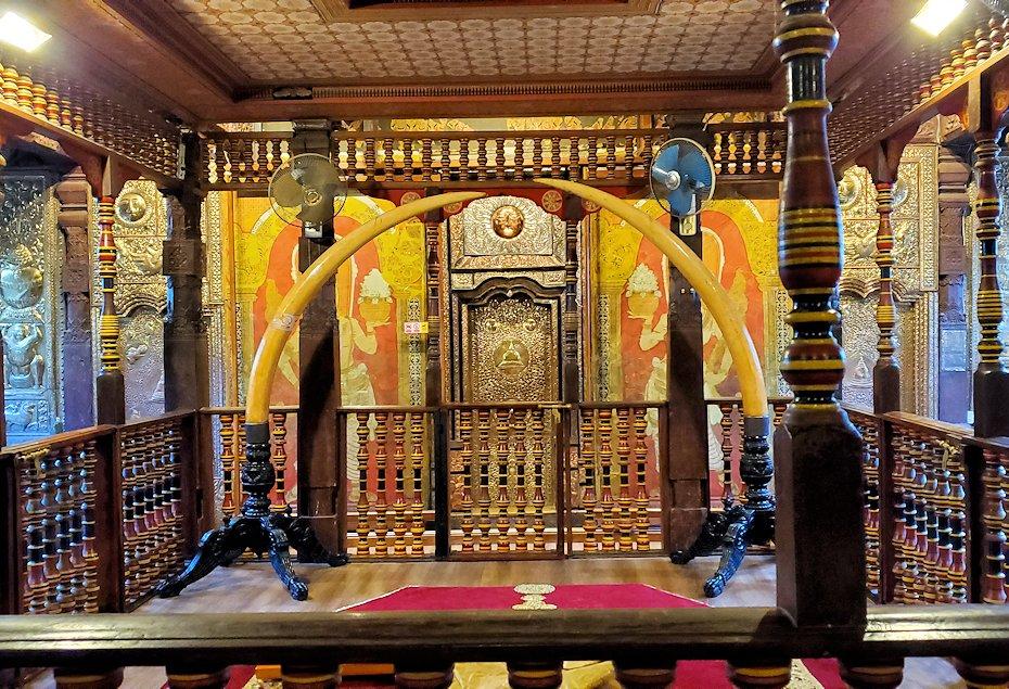 キャンディの仏歯寺の2階でお参りする人達が拝む先に見える景色