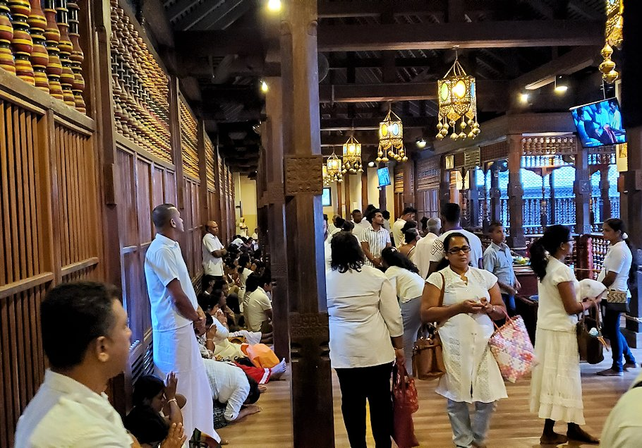キャンディの仏歯寺の2階でお参りする人達-2