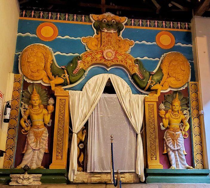 キャンディの仏歯寺内にあったガードストーン