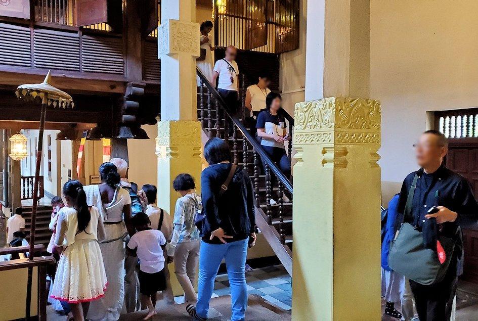 キャンディの仏歯寺の2階から1階へと降りて行く