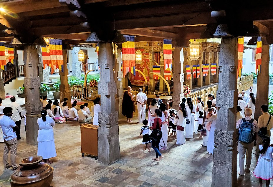 キャンディの仏歯寺の2階から1階へと降りて行く時に見えた景色