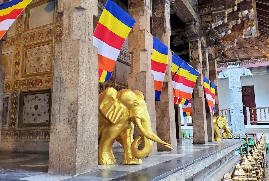 キャンディの仏歯寺の本堂裏にあった、黄金のゾウの像