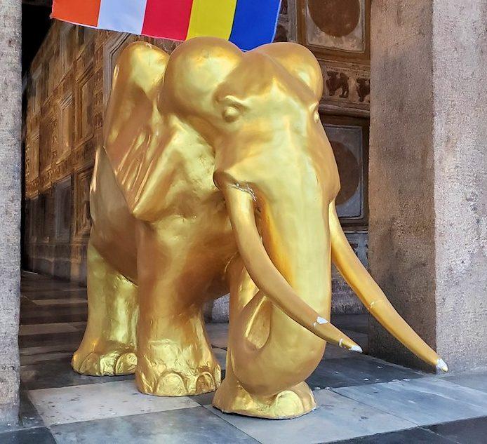 キャンディの仏歯寺の本堂裏にあった、黄金のゾウの像-2