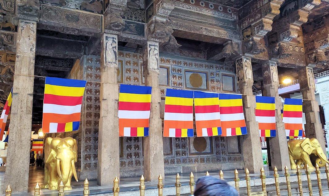 キャンディの仏歯寺の本堂裏側