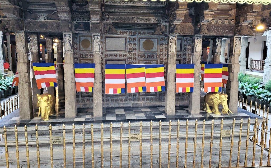 キャンディの仏歯寺の本堂裏側を眺める