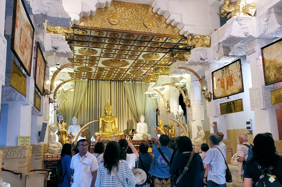 キャンディの仏歯寺内にある礼拝堂の景色