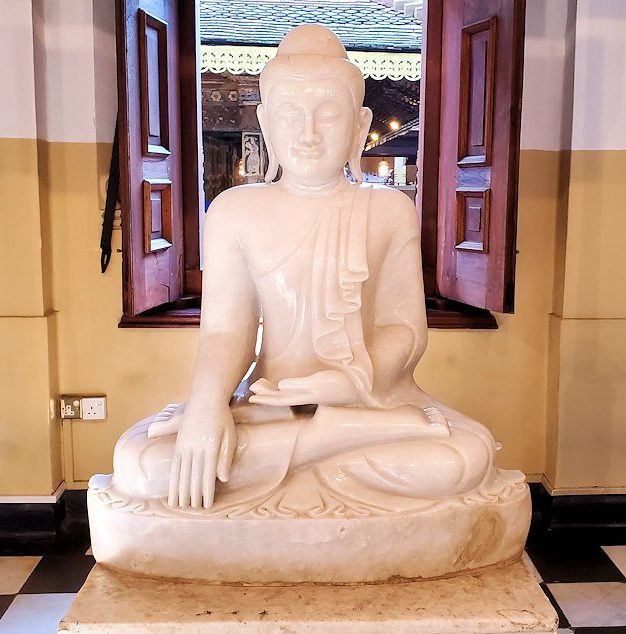 キャンディの仏歯寺内にある礼拝堂の景色-2