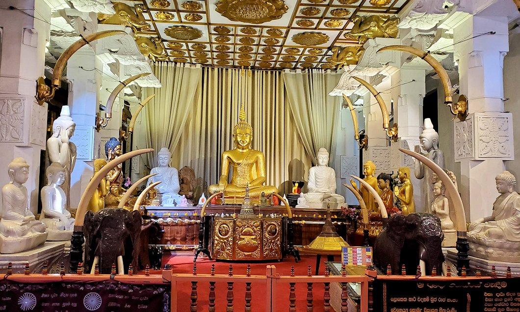 キャンディの仏歯寺内にある礼拝堂の景色-3