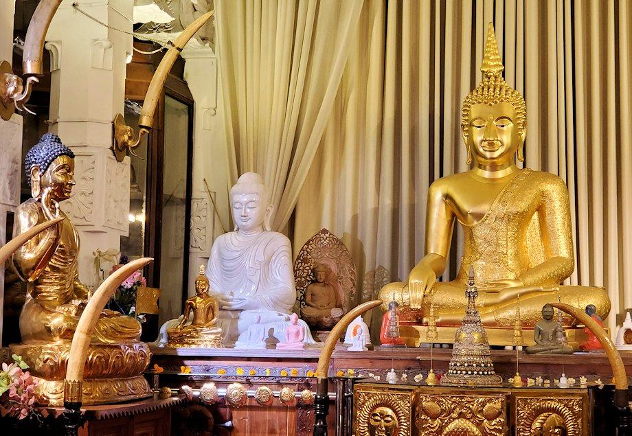 キャンディの仏歯寺の礼拝堂に飾られている沢山の仏像