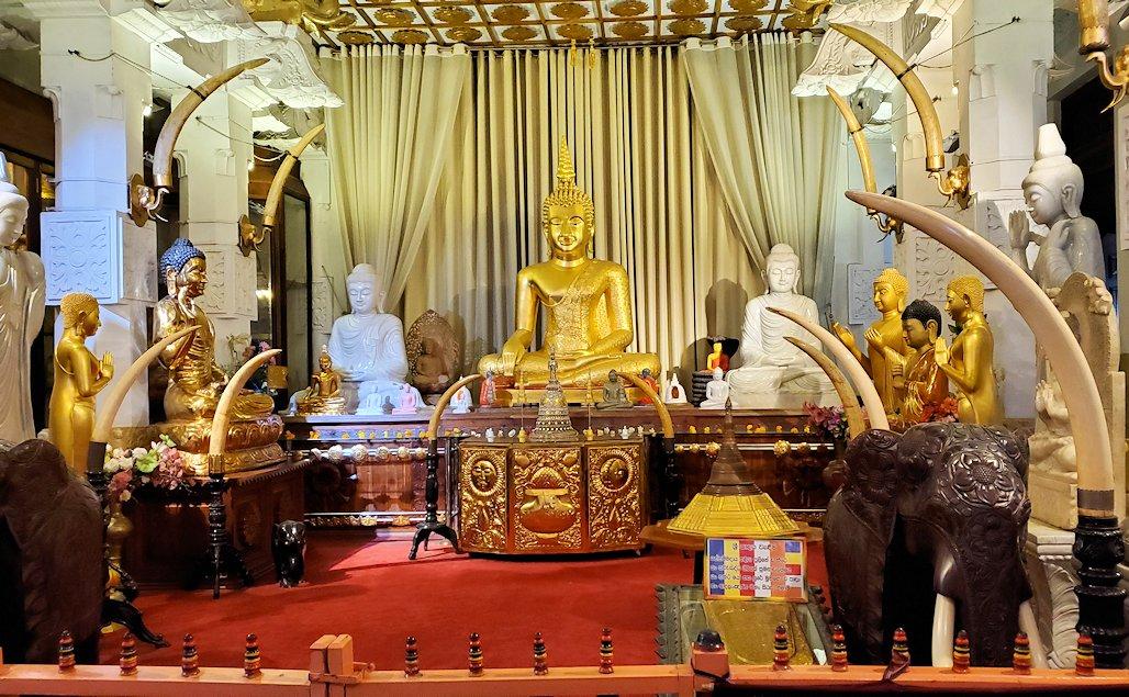 キャンディの仏歯寺の礼拝堂に飾られている沢山の仏像-2