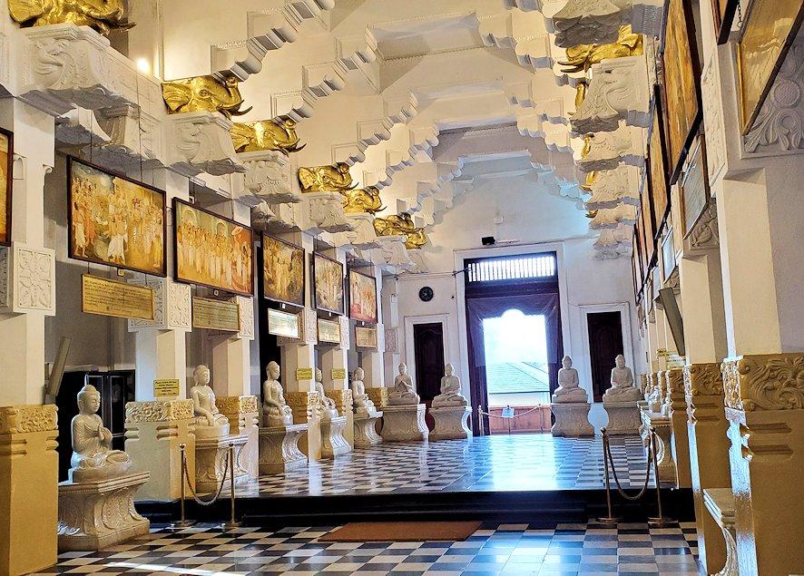 キャンディの仏歯寺の礼拝堂に飾られているお釈迦様の逸話の絵