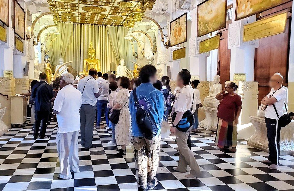 キャンディの仏歯寺の礼拝堂内の景色
