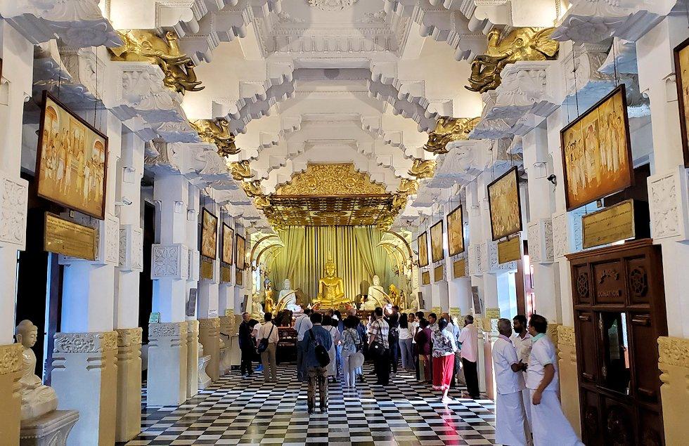 キャンディの仏歯寺の礼拝堂内の景色-2