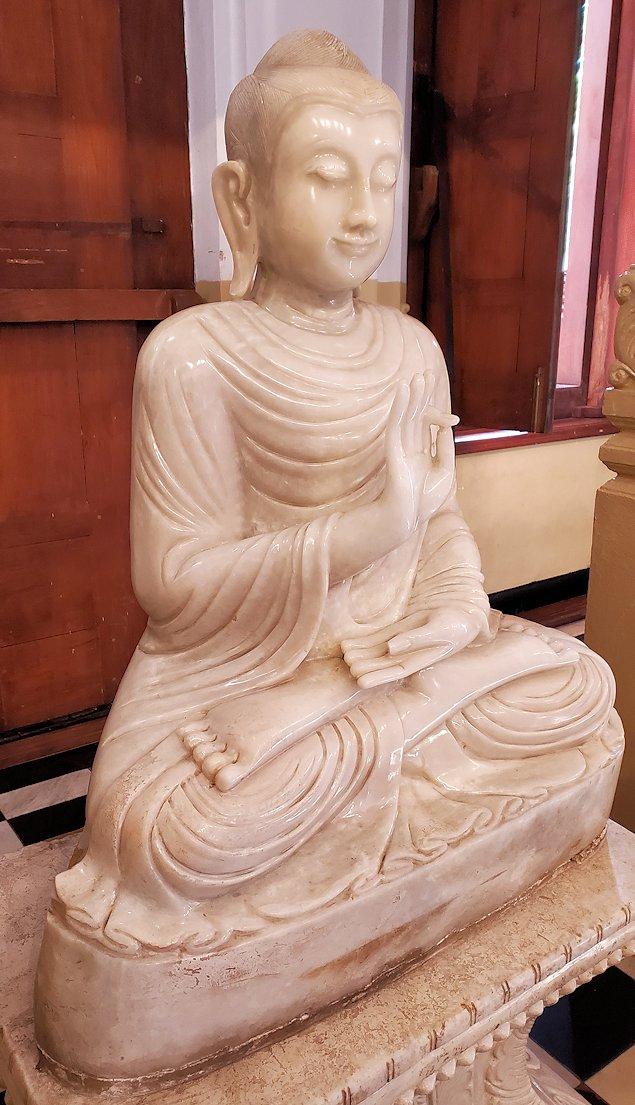 キャンディの仏歯寺の礼拝堂内にある仏像