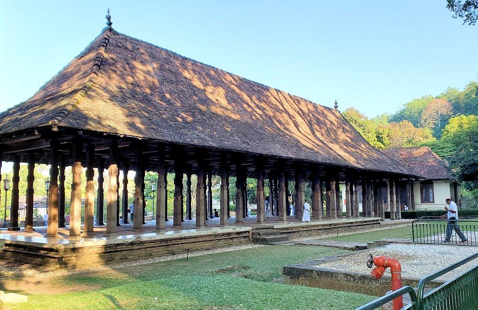 キャンディの仏歯寺の敷地内にある茅葺屋根の建物